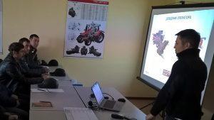 продукт-специалист корпорации АГКО проводит обучение фото