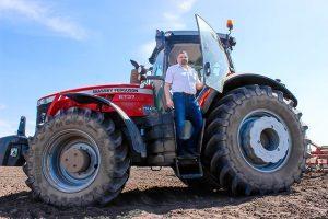 Трактор Массей Фергюсон на полях Байс-Агро фото