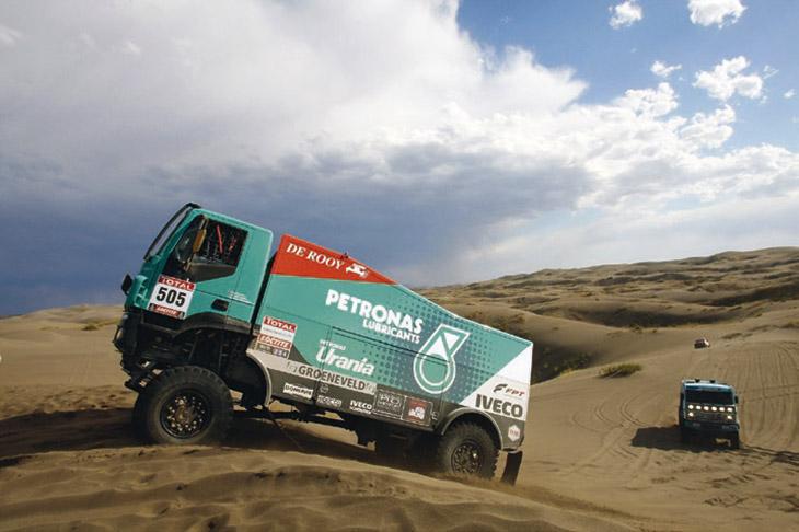 Avtomobili IVECO TRAKKER pryymayutʹ uchastʹ v ekstremalʹnomu rali Dakar-2012