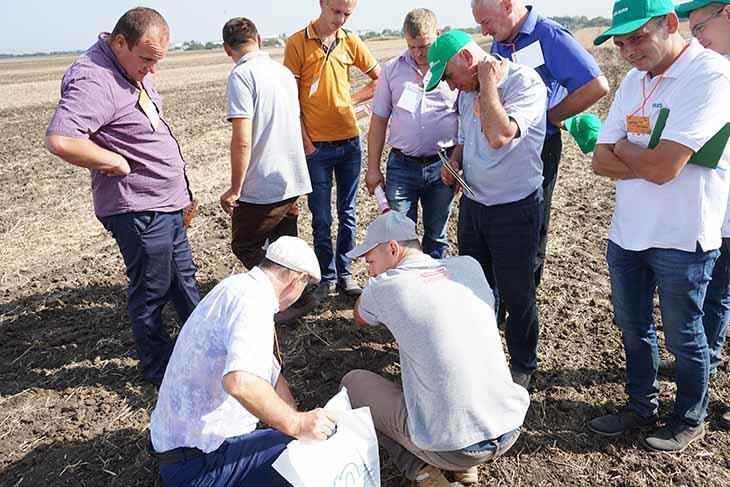 Клієнти на демонстрації сівалки зернової Maschio Gaspardo Corona