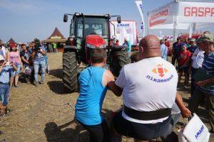 Перетягування чотирикратним чемпіон світу - Олександром Пекановим трактора Massey Ferguson 6713