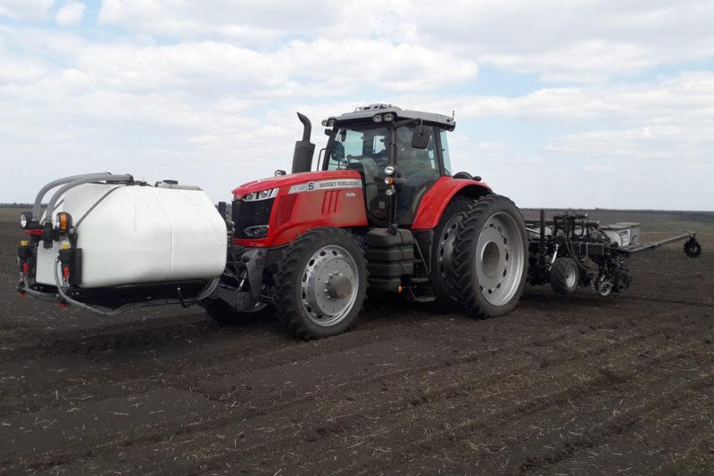 Трактор MF7722S + Precision Planting сеялка во время посева демо-полигона